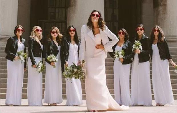 Matrimonio Sposa In Jeans : Vestito da sposa con la giacca di pelle per un matrimonio rock